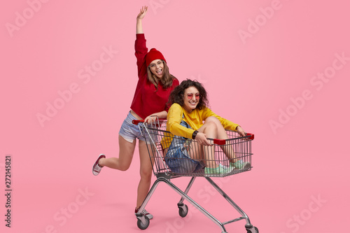 Photo sur Aluminium Akt Friends having fun with shopping cart