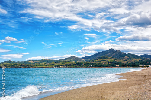 Fotografia  Beautiful deserted beach and mountains on the background