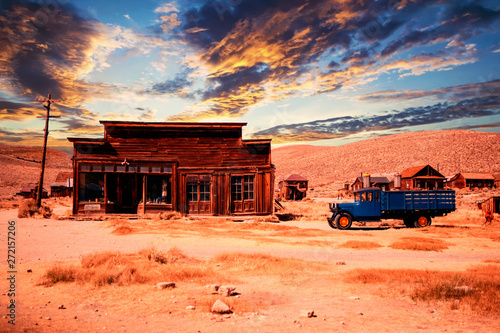 Montage in der Fensternische Koralle wooden abandoned house with car in the desert at sunset