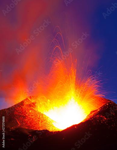 Foto op Canvas Crimson Volcano Eyjafjallajökull. Iceland. April 2010. Erupción volcánica en el area de Fimmvörduhals, Sur de Islandia