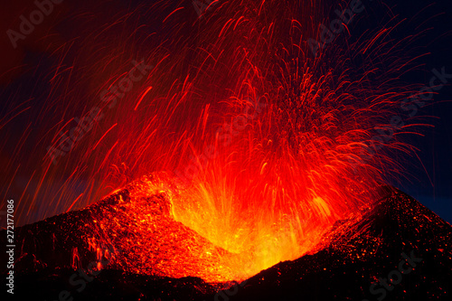 Poster Volcano Volcano Eyjafjallajökull. Iceland. April 2010. Erupción volcánica en el area de Fimmvörduhals, Sur de Islandia