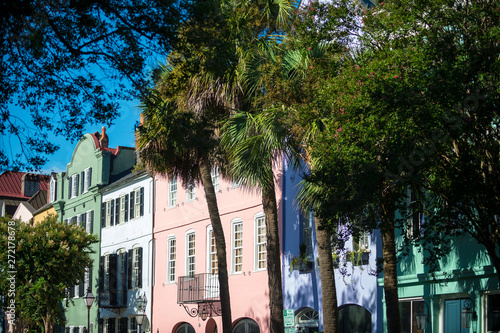 Stampa su Tela  Brightly colored colonial architecture lining the historical Battery neighborhoo