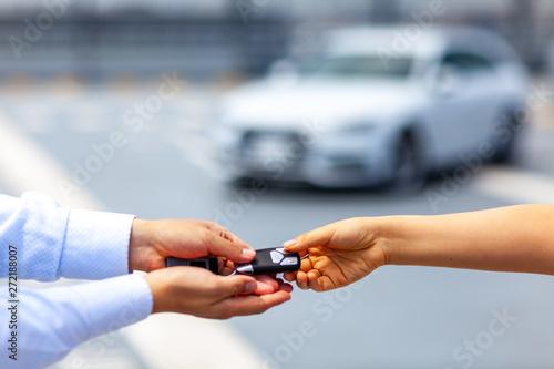 Obraz 高級車 整備 セールスマン メカニック テクニシャン メンテナンス 女性 男性 名車 個人 ビジネス - fototapety do salonu