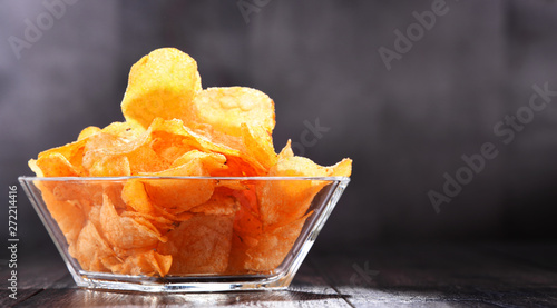 Fotografía  Composition with bowl of potato chips.