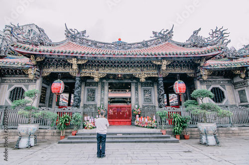 People pray in Longshan Buddhist temple in Taipei city, Taiwan , The landmark temple dates from 1738 Fototapet