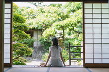 日本家屋の女性