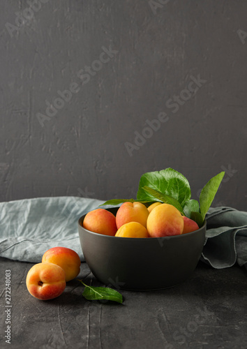 Photo sweet delicious apricot on dark bowl grey table summer fresh fruit