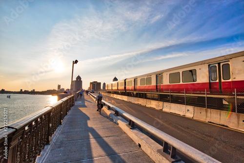 Photographie Boston, MA, USA-20 October, 2018: Boston MBTA subway lines, train crossing Longf