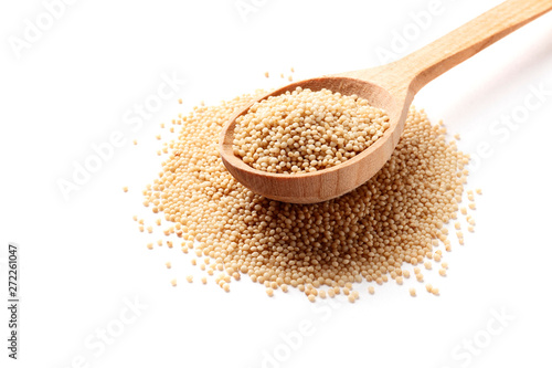 Photo Amaranth in wooden spoon isolated on white background