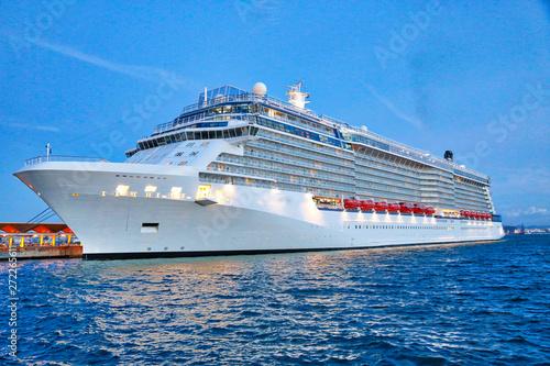Fotografia  Luxury cruise ship heading to а vacation cruise around Caribbean islands