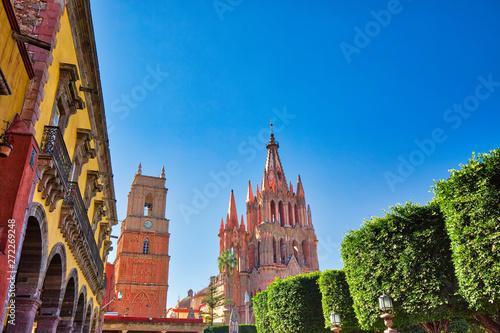 Fototapeta premium Zabytkowa katedra Parroquia De San Miguel Arcangel w historycznym centrum miasta San Miguel De Allende w Meksyku