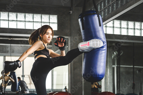Photo Athlete woman doing kick boxing training