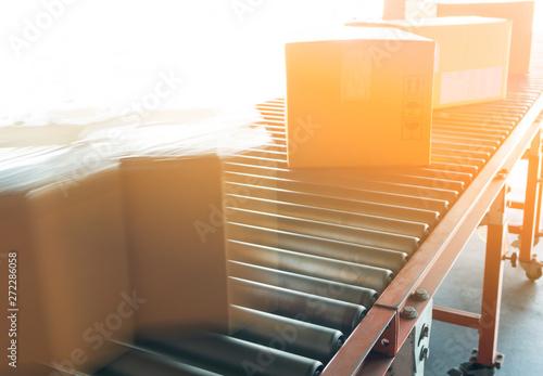 Pinturas sobre lienzo  fast movement blur of parcel cardboard boxes on conveyor belt
