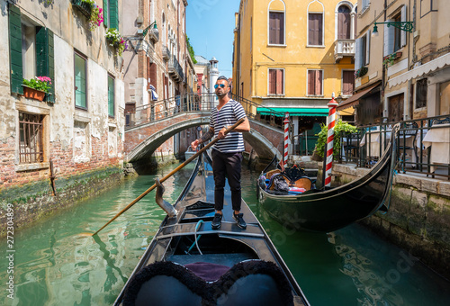 Tablou Canvas Gondolier in Venice