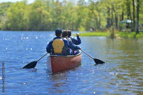 カヌーを楽しむ少年