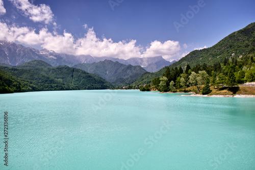 Foto auf Gartenposter Reflexion Panorama di montagna con lago