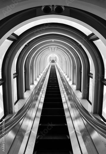 widok wnętrza futurystycznego tunelu i schodów ruchomych. Budynek streszczenie tło