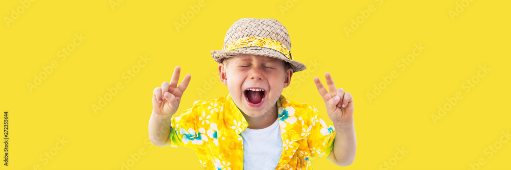 Fototapeta Child in yellow hawaiian shirt and straw hat shouts