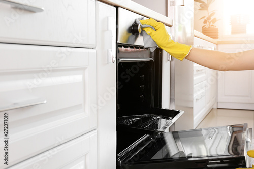 Fototapeta Woman cleaning oven at home obraz
