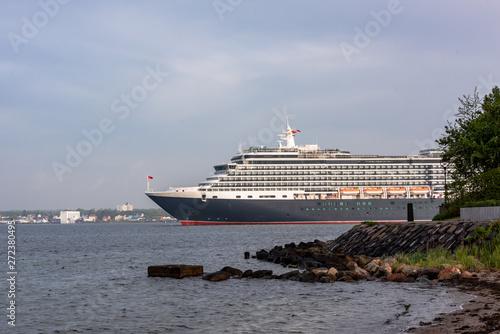 Photo  Das Kreuzfahrtschiff Queen Victoria der Cunard Line passiert die Friedrichsort