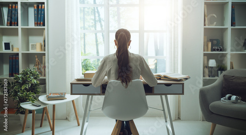 Photo  Young woman studying at home