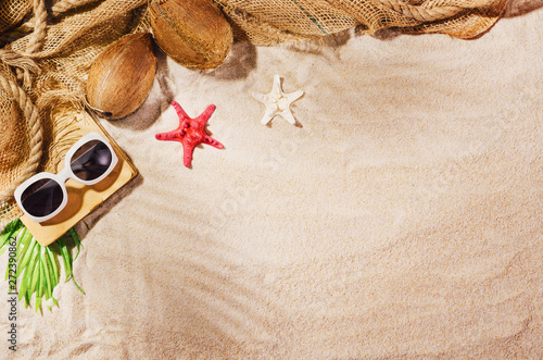 Poster Londres Summer background with copy space. Top view of sandy beach with visible sand texture and exotic accessories. Backdrop for products and mockup.