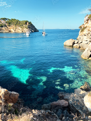 Foto-Schiebegardine Komplettsystem - Nice crystal clear blue water of a lovely beach view with boats and turquoise summer color tones. Cala Portals Vells, Mallorca. Balearic Islands