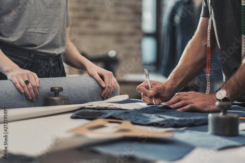 Photo  Fashion designer working in his studio