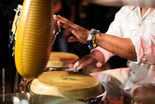 Leinwand Poster ethnic percussion drummer with musical instrument jembe
