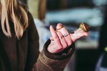Escargot Sur Les Mains D'une Femme
