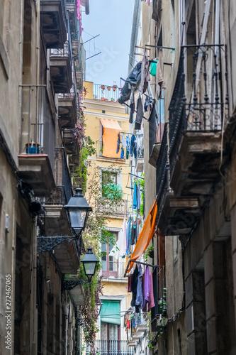 Fototapeten Schmale Gasse in the streets of Barcelona