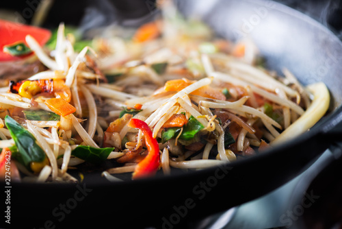 Fotografía Process of cooking of sweet and crunchy stir fry with beansprouts in the wok, Ma