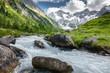 Gletscherwasser in einer Almlandschaft in Österreich
