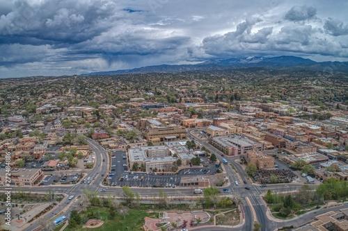 Fototapeta premium Santa Fe to mała stolica stanu Nowy Meksyk z budynkami w regionalnym stylu Pueblo