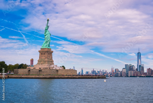 Fotografia View over the water on the Hudson River, the Manhattan skyline and its skyscrape