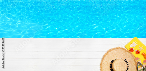 Foto auf Leinwand Texturen Flat lay composition with beach accessories on wooden pier near water, space for text. Banner design