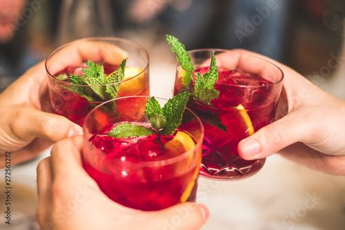 Foto auf AluDibond Barcelona Friends toasting with sangria