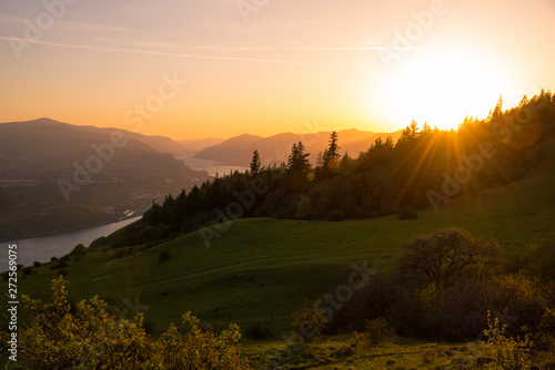 Foto auf Leinwand Schokobraun Summer sunset in the Pacific Northwest over the Columbia River Gorge