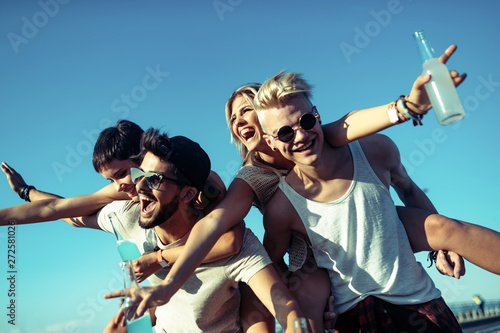 Group of young friends having fun together Fototapet