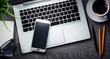 canvas print picture - Smartphone und Laptop auf dunklem Schreibtisch