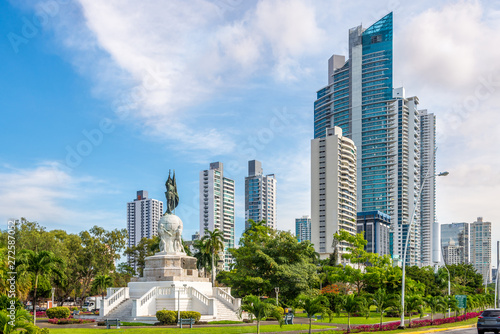 Fotografía  Park with monument Vasco Nunez de Balboa in Panama City - Panama