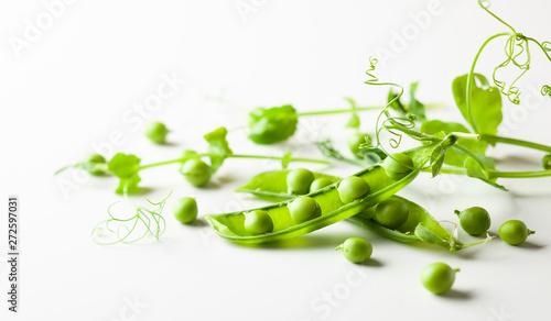 fototapeta na szkło Fresh green peas pods and green peas