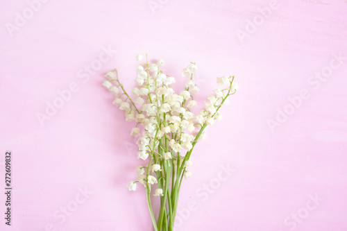 Poster Muguet de mai Wonderful fragrant white flowers with a delicate scent. Lilly of the valley flowers on a pink wooden background.