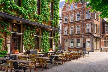 Stara ulica povijesnog središta grada Antwerpena (Antwerpen), Belgija. Ugodan gradski krajolik Antwerpena. Arhitektura i znamenitost Antwerpena