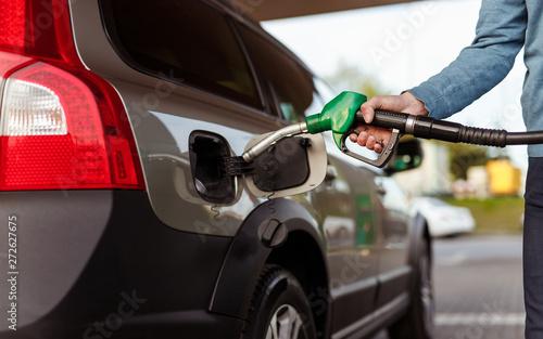 Fotomural  Crop man refueling car on filling station