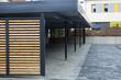 canvas print picture - Moderne Carport-Anlage bei einem Mehrfamilienhaus