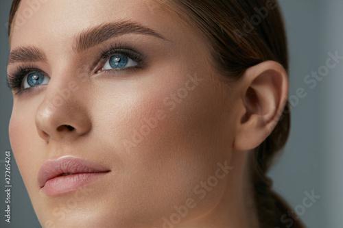 Beauty makeup. Woman face with eyes and eyebrows make-up Billede på lærred