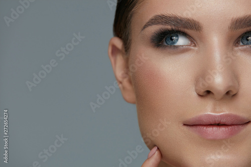obraz dibond Beauty makeup. Woman face with eyes and eyebrows make-up