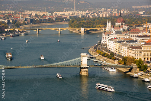 Spoed Foto op Canvas Poort Danube river, bridges and Parliament building in Budapest