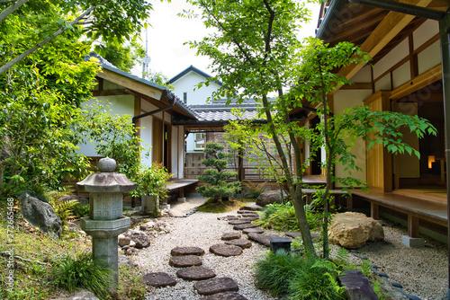 Obraz 日本家屋と日本庭園 - fototapety do salonu